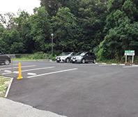 10台駐車可能な駐車スペース。道路沿いのため、駐車もしやす作りとなっています。